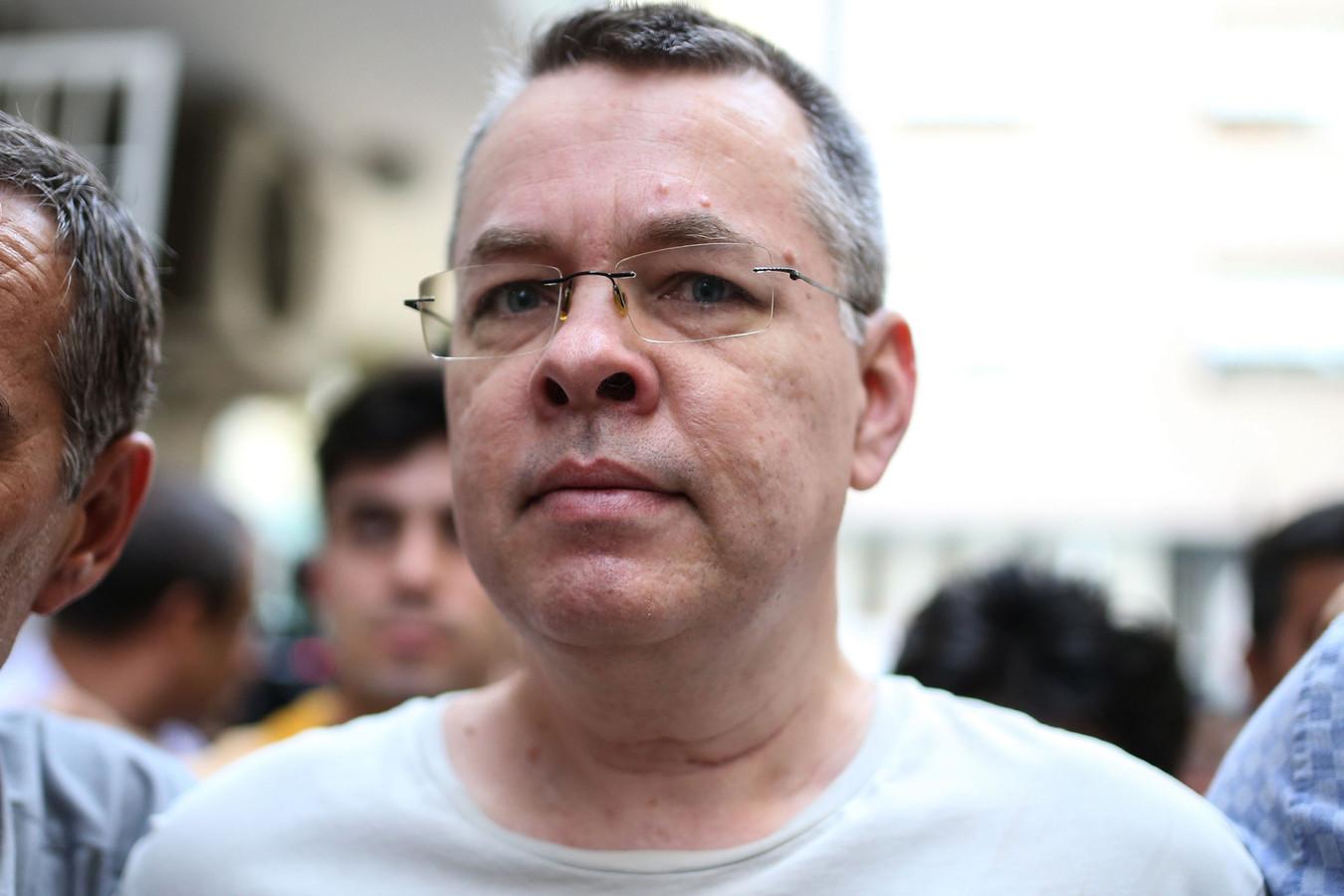Andrew Brunson, terwijl hij door Turkse politie wordt meegenomen.