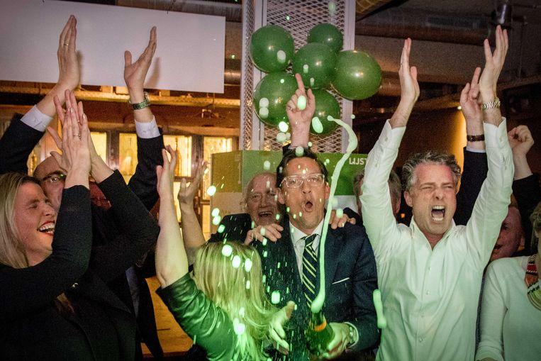 Joost Eerdmans van Leefbaar Rotterdam met een fles champagne tijdens de uitslagenavond van de gemeenteraadsverkiezingen. Beeld ANP