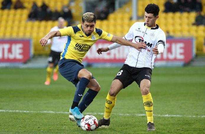 Amine Benchaib (r.) in duel met Federico Vega van Union.