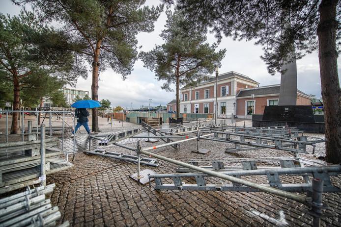 De opbouw van tribunes op het Stationsplein voor de intocht van Sinterklaas, zaterdag.