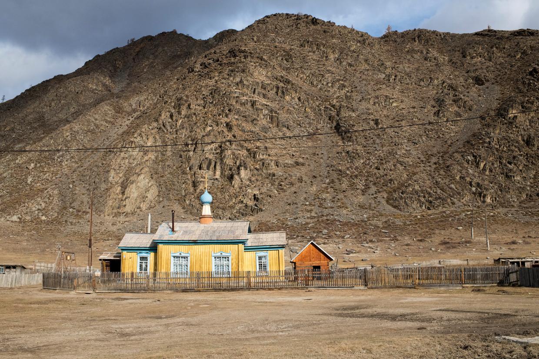Een Russisch-orthodox kerkje in een dorp (Kara-Koby) in Altaj, West-Siberië. Beeld Claudia Heinermann