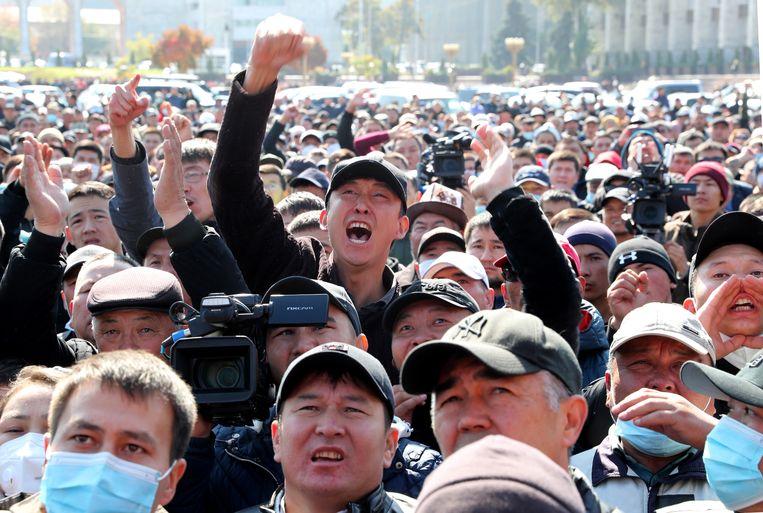 Betogers eisen woensdag op het centrale plein in Bisjkek het aftreden van president Sooronbai Jeenbekov. Beeld EPA