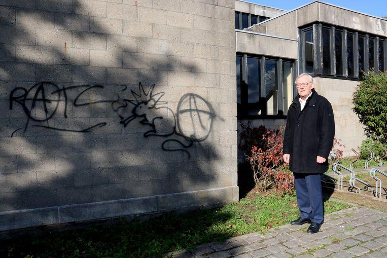 Pastoor Michel Bekaert wil de graffiti zo snel mogelijk van de kerkmuur verwijderen.