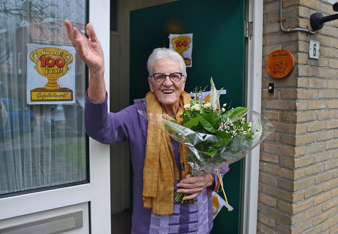 Jo van de Vaate bij de voordeur van het huis in Scharendijke waar ze met veel plezier woont