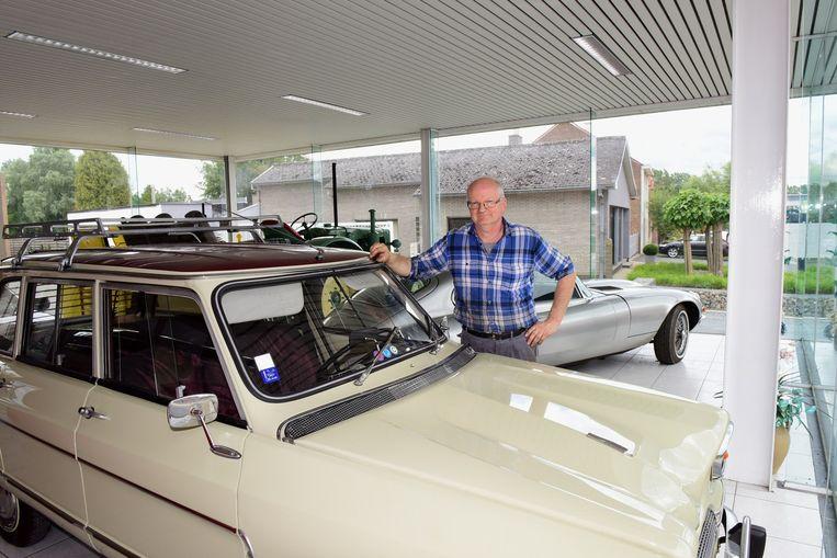 Daniel in zijn toonzaal bij een oude Citroën