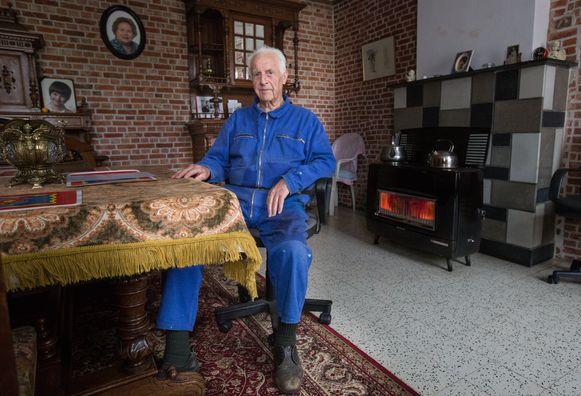 Herman Horion uit Lummen in zijn woonkamer. Vrouwen genoeg om erbij te komen zitten.