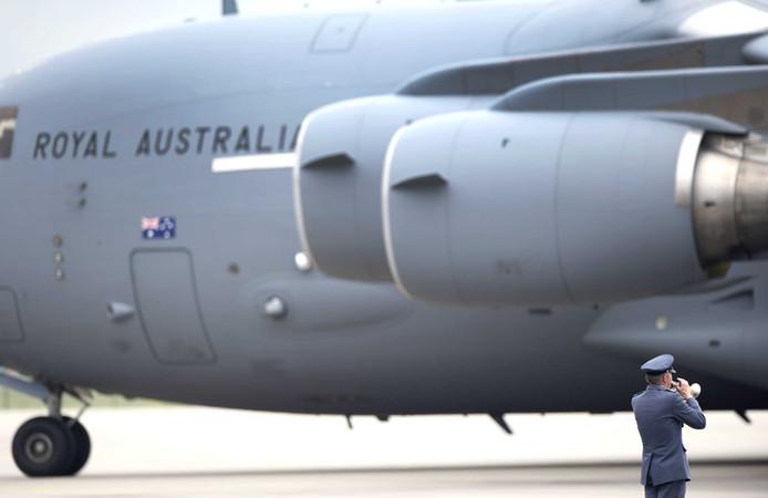 Een trompettist blaast de Last Post op vliegbasis Eindhoven. Een Nederlandse Hercules C130 en een Australische Boeing C17 brengen op de derde dag op rij stoffelijke overschotten van de slachtoffers van de vliegramp met vlucht MH17 in Oekraïne naar Nederland.