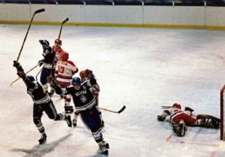 Lake Placid, 1980. Nederland scoort tegen Japan. Het werd 3-3 en Nederland eindigde het toernooi op de negende plaats. (FOTO DICK COERSEN, ANP) Beeld ANP