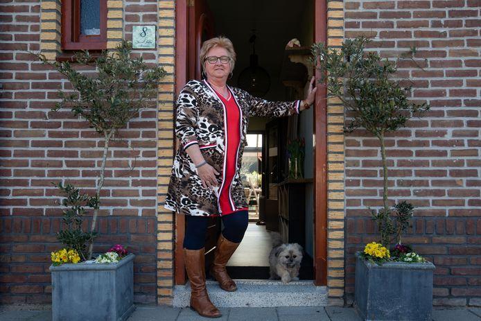 Jannie Molenaar in haar deuropening.