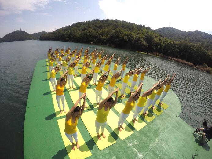 Een prachtige locatie om de zonnegroet te doen op het Shiyan meer in China.