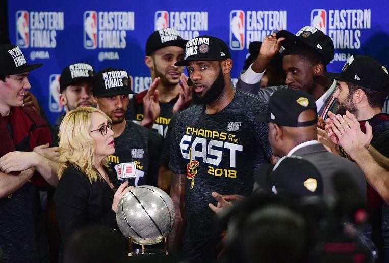 LeBron James  met zijn team, kampioen van de Eastern Conference, voor de camera's van ESPN.  Beeld AFP