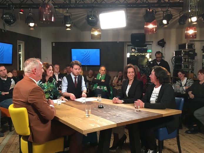 Verkiezingsdebat Omroep Zeeland met vlnr Ton Veraart (D66), presentatoren Ariane Lafort en Floris-Jan Sietsema, Anita Pijpelink (PvdA) en Trees Janssens (PvdD).