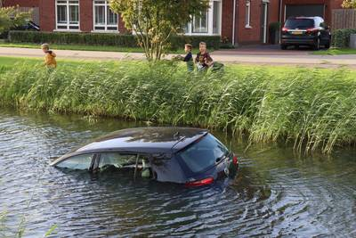 Auto rolt in Vleuten het water in