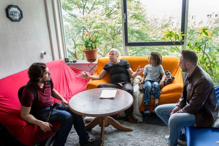 Rotterdam Bert Peterse (rechts) en Emin Basoglu in gesprek met bewoner Peter van der Gaat (midden).  Beeld Arie Kievit