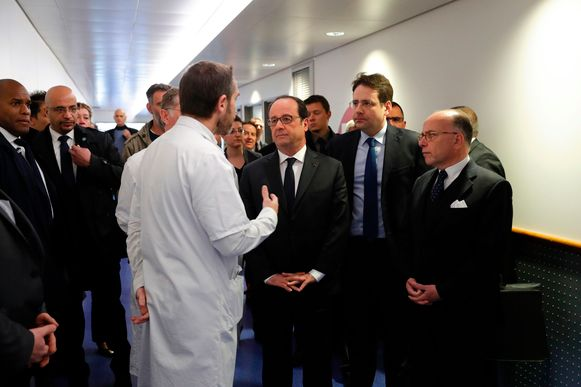 President François Hollande en premier Bernard Cazeneuve spreken met dokters voor ze de gewonde agent een bezoek brengen in het Pompidou-ziekenhuis.