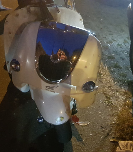 Scooterrijdster klapt op auto in Wageningen