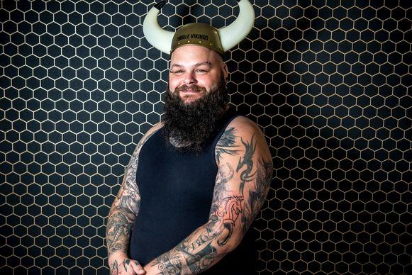 Bert Verlinden, werknemer Mobile Vikings, heeft het logo van het bedrijf op zijn arm laten tatoeëren.