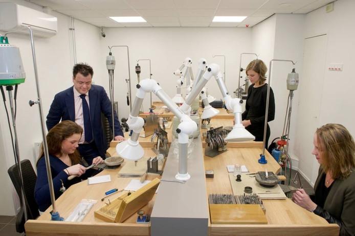 De goudsmeden van Juweliershuis Aalbers zijn nu 'live' te volgen. foto Marc Pluim