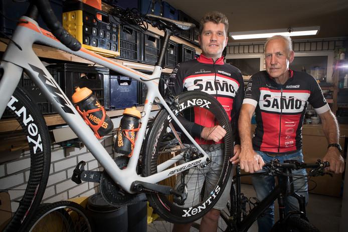 De organisatie van Sallands Mooiste fietstocht, links John Verwaarst en rechts Willy Jansen. ,,Sallands Mooiste is echt een breed wielerevenement. We hebben tochten voor wielrenners en mountainbikers, maar er is ook een familietocht voor iedereen met een gewone fiets, e-bike of handbike.''