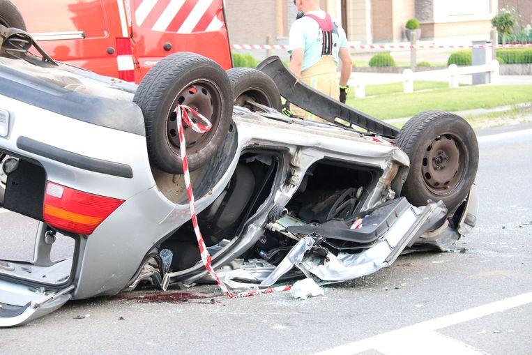 Het voertuig raakte volledig geplet door de zware klap.