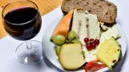 Feestkomitee serveert kaas en wijn
