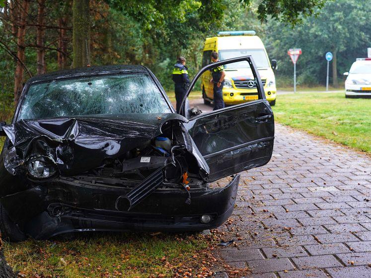 Auto vliegt uit de bocht in Tilburg en knalt tegen boom