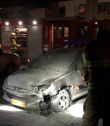 Autobrand in Ede, omstander probeert met gieter te blussen