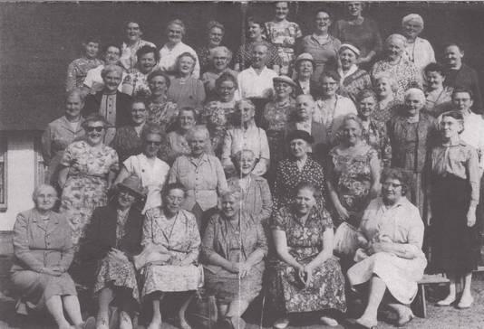 De 'zusterkring' (vrouwenvereniging) rond 1960.