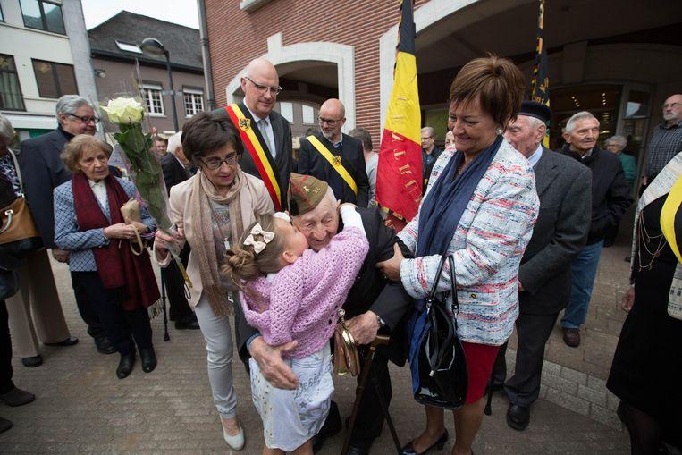 De 100-jarige Alfons had een stevige knuffel wel verdiend, vond dit meisje.