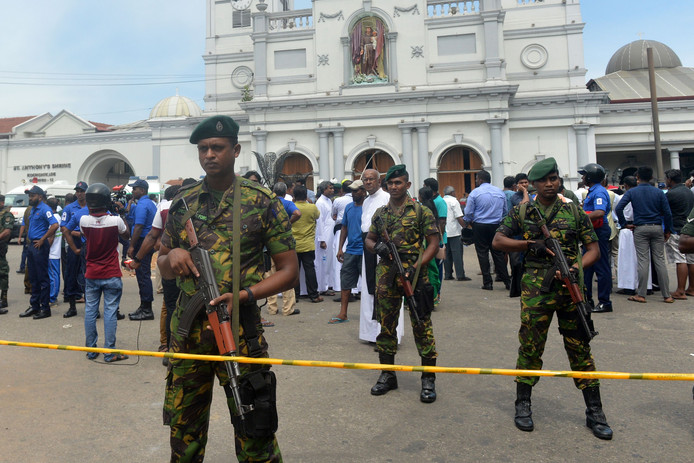 Soldaten bewaken de kerk in Kochchikade, een van de zes plekken waar dit weekeinde bommen ontploften.
