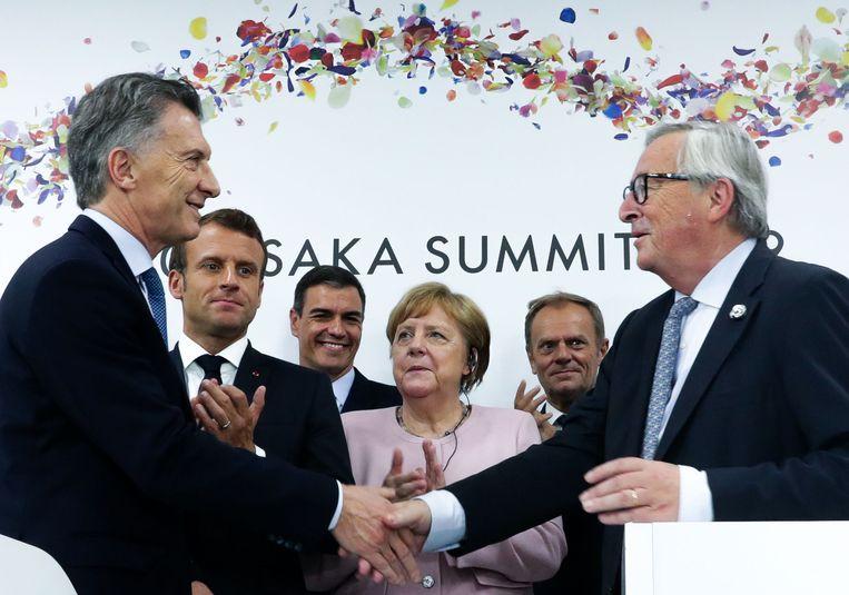 De Argentijnse president Mauricio Macri ontmoet voorzitter Jean-Claude Juncker van de Europese Commissie tijdens de G20 in Osaka op 29 juni.   Beeld AFP