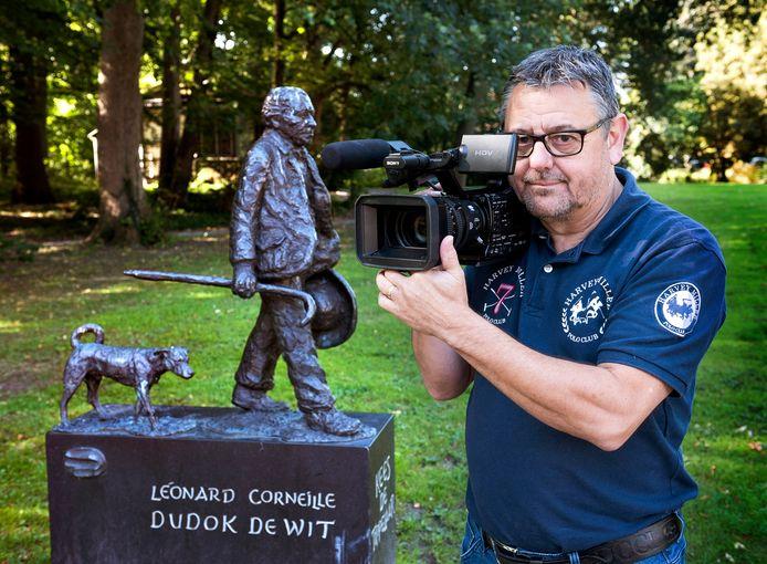 Henny Ram maakte een documentaire over weldoener Kees de Tippelaar, van wie een bronzen beeld staat in Boom en Bosch.