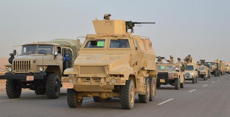 Egyptische militaire voertuigen onderweg naar het noorden van Sinaï.  Beeld REUTERS