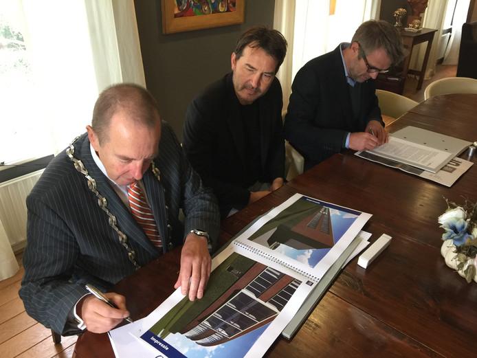 Burgemeester Rik de Lange en Loods 5-bedenkers Robert Rulof en Hugo Hess (van links af) ondertekenen de overeenkomst.
