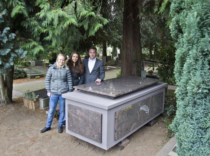 Chantal Stokmans, Carmen van Vroonhoven en Laurens Noten (vlnr) bij de sarcofaag op het Leonarduskerkhof.foto René Manders