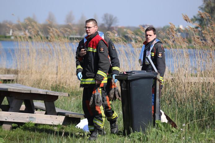 Brandweermannen bij een picknicktafel nabij de Reeuwijkse Plas.