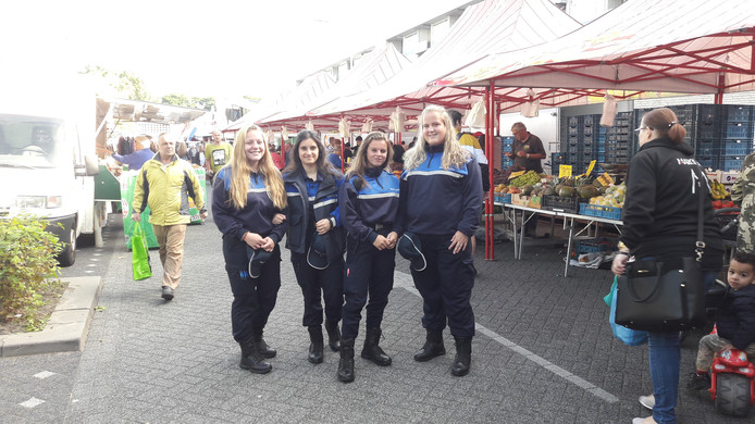 ROC studenten Dewi van Leuken, Sevilay Saglik, Ruby van de Wiel en Sietske van der Heijden (vlnr) helpen mee toezicht houden op de Westermarkt.