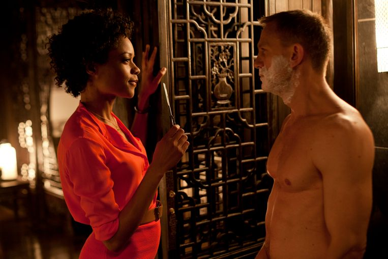 Naomie Harris & Daniel Craig in 'James Bond'.
