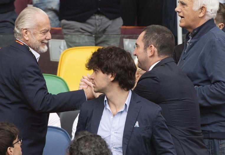 Aurelio De Laurentiis (l) schudt de hand met de Italiaanse minister van Sport, Vincenzo Spadafora, tijdens een thuismatch eerder deze maand.
