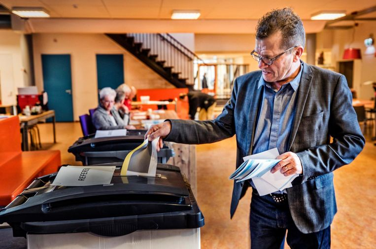 Lijsttrekker John Does van de Heerhugowaardse Onafhankelijke Partij (HOP) brengt zijn stem uit.  Beeld Raymond Rutting