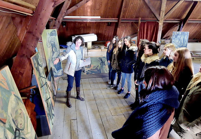 Wilma Borm geeft KSE'ers geeft op de zolder van de Leurse Petruskerk uitleg over het werk van Theo Forrer, als inspiratie voor het evenement Passion2Gether. Foto Peter van Trijen / Pix4Profs