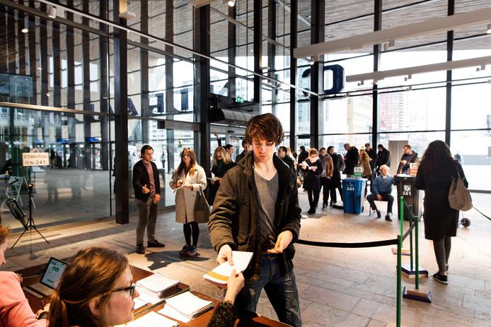 Op het Centraal Station gaat het stembureau al langer extra vroeg open. Dat is donderdag voor de Europese Verkiezingen voor de eerste keer ook zo op metrostation Slinge.