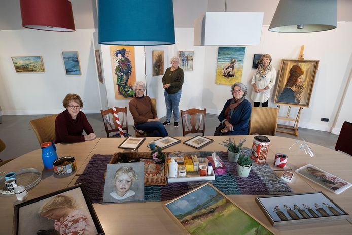 Donderdag 26 november opent Creatief Rooi haar deuren.  Zittend: Inittiiatiefneemster Marianne Bekkers (l), Gerrie Lauwen en Ans van Bakel. Staand: Wil Agema () en Ine Beerens exposeren hun werk in het nieuwe centrum.