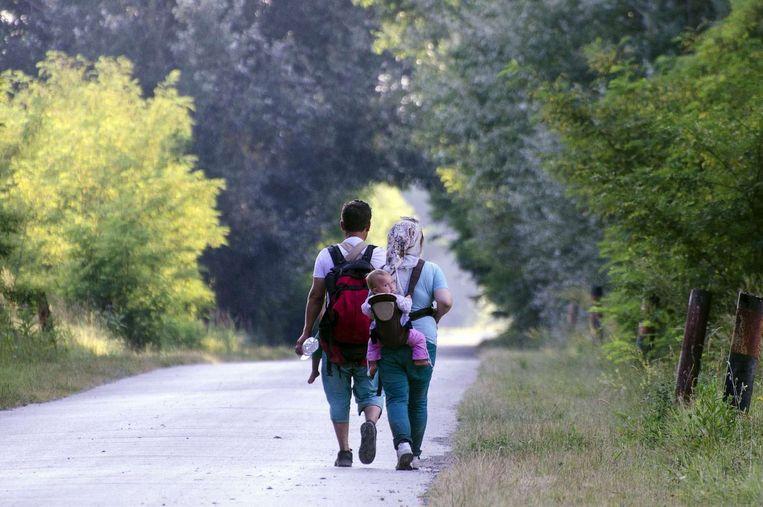 Een migrantengezin onderweg naar Hongarije vanuit Servië. Beeld afp