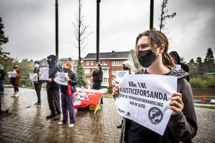 Een dertigtal actievoerders tekenden present aan het gerechtsgebouw in Hasselt.