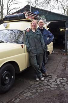 Vader en dochter gaan in een tot camper omgebouwde ambulance op wereldreis