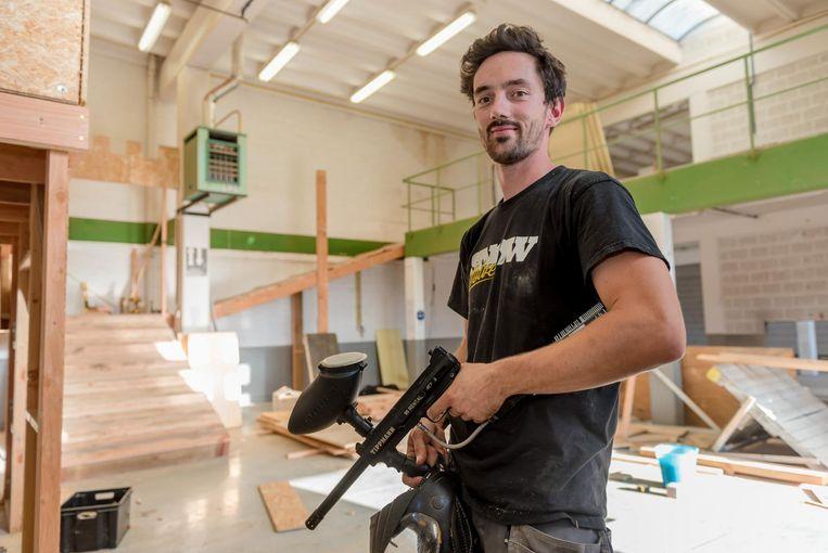 Jonas Valcke is nog volop bezig de gebouwen om te toveren tot paintball-gevechtszone.