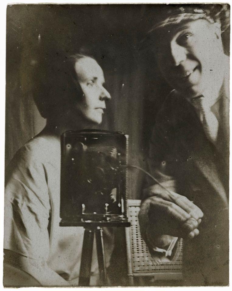 Nelly en Theo van Doesburg in het atelier van Piet Mondriaan in Parijs in 1921 Beeld RKD, Nederlands Instituut voor Kunstgeschiedenis