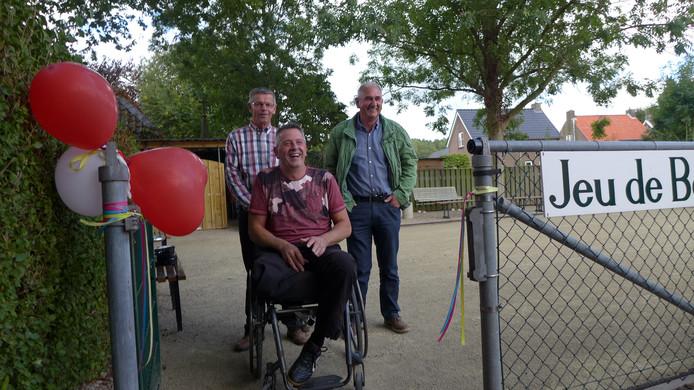 De vrijwilligers Piet Verschuure, Martin de Wilt en Chris van Hezik staken al hun vrije uren in de aanleg van een jeu-de-boulesbaan in Alem.