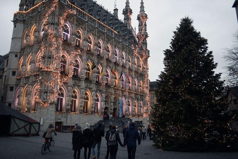 Het historisch stadhuis op de Grote Markt in Leuven wordt elk jaar sfeervol verlicht.